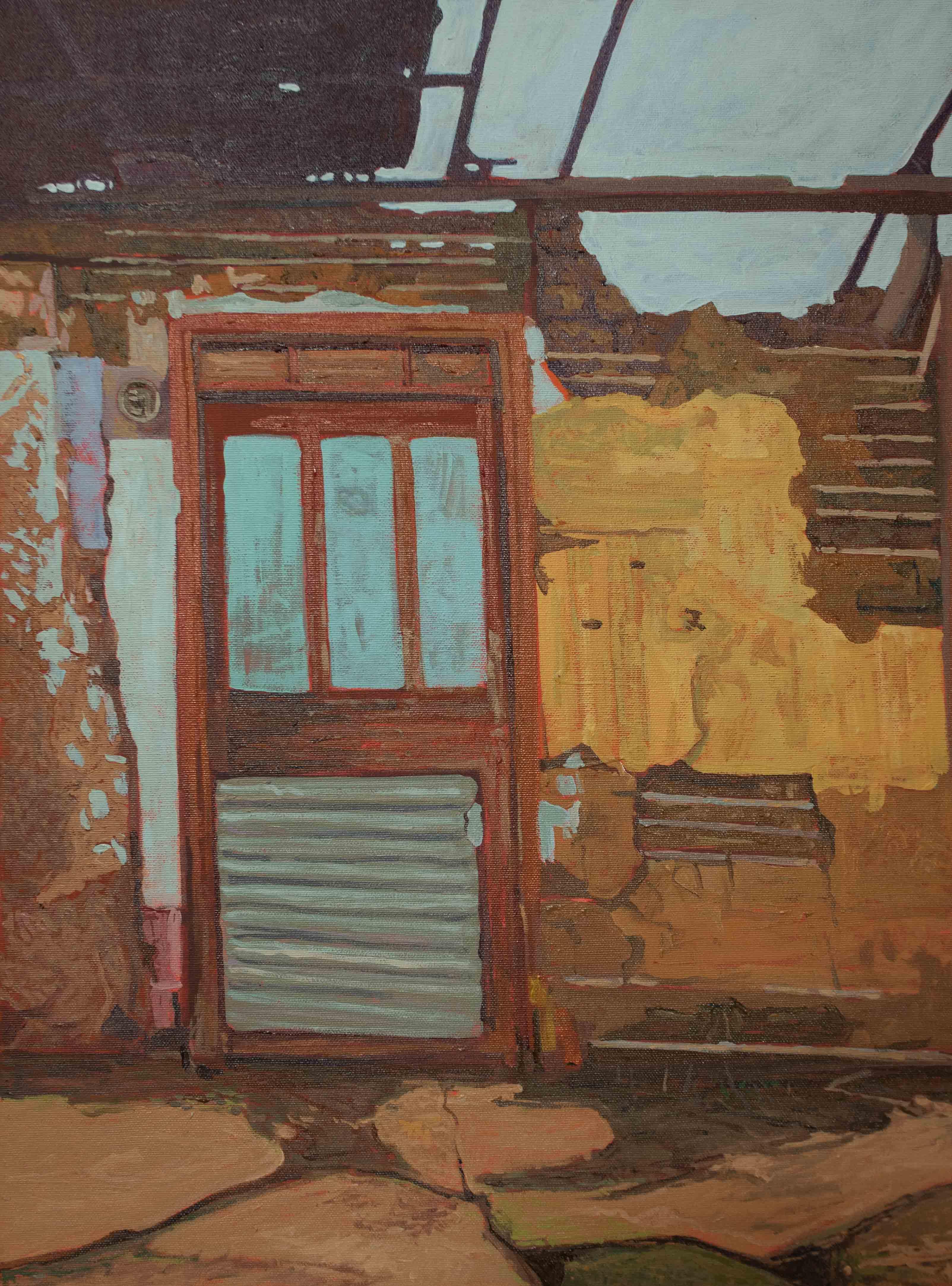 Puerta en casa derrumbada